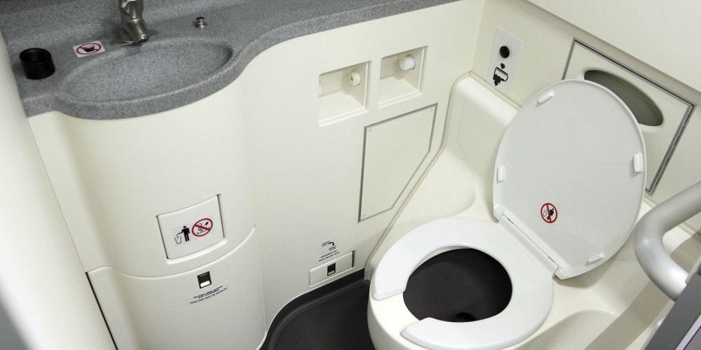туалет на борту самолета