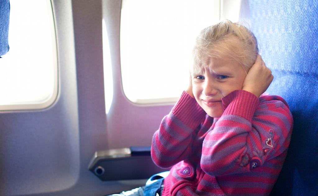Почему закладывает уши в самолете и как с этим бороться